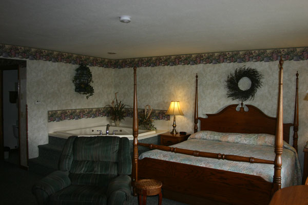 jaccuzzi-king-bed-jaccuzzi-and-table