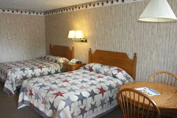 dutch-host-inn-2-doubles-beds-with-table